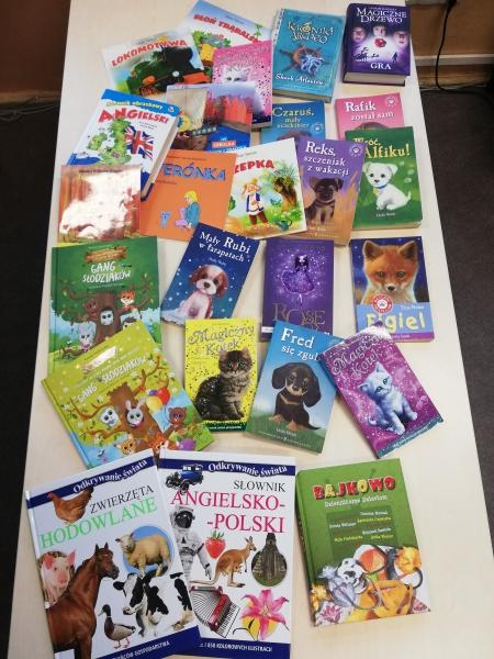 """Akcja świąteczna """"Podaruj bibliotece szkolnej książkę, z której wyrosłeś"""""""