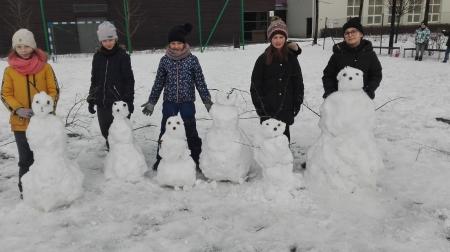 Zimowe zabawy na boisku szkolnym